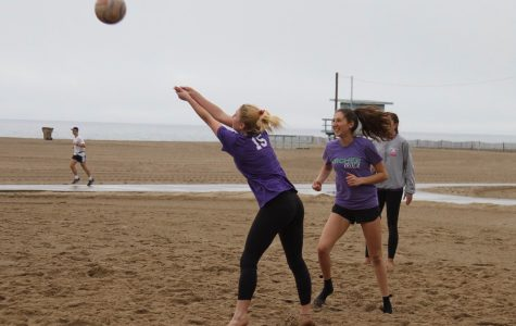 Sarah Traenkle '19 passes a ball as Arielle Janger '20 prepares to set it. The team practices outside the Annenberg Community Beach House.