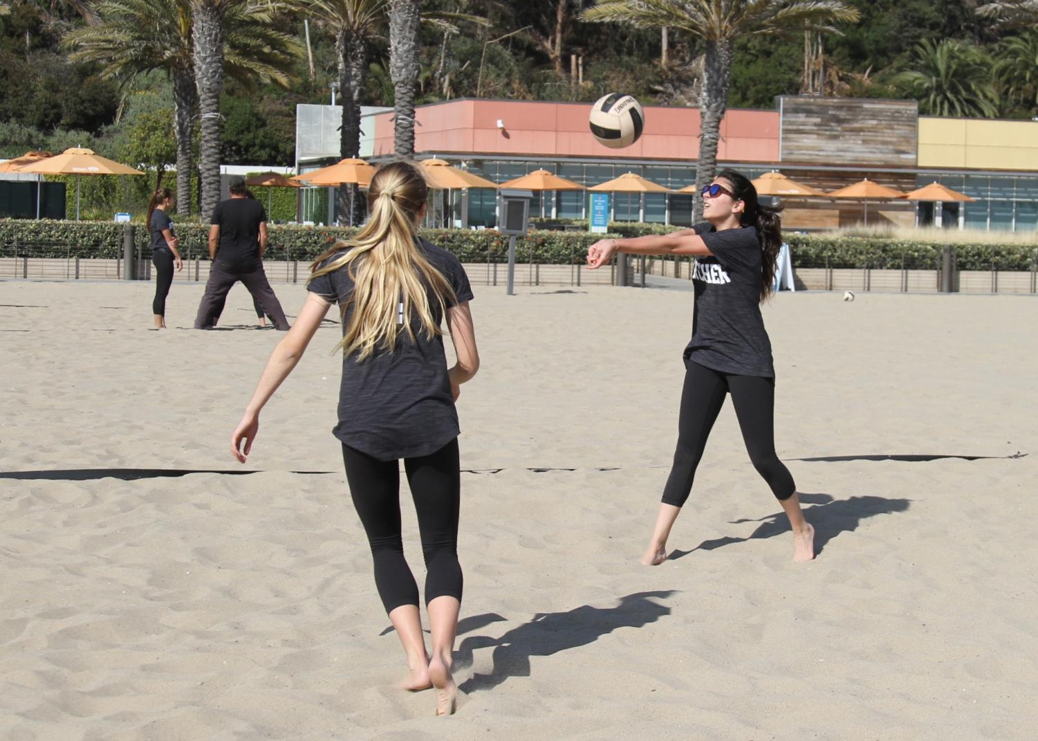 Gillian Varnum '20 and Yasi  Soufer '19 play a match.  The match took place at the Annenberg Community Beach House.