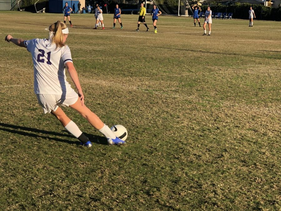 Senior+Ella+Dodd+passes+the+ball+during+Monday%27s+game+against+Windward.++The+team+lost+0-1.+