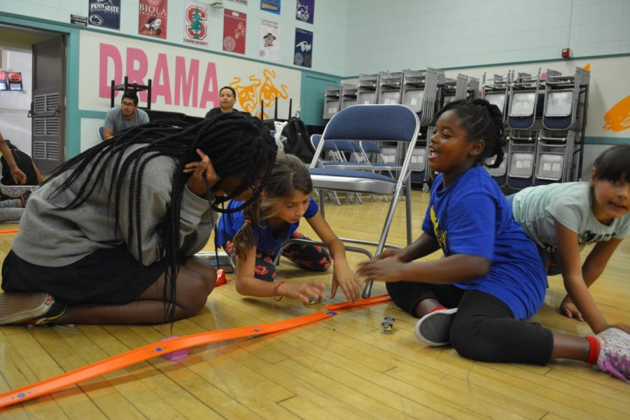 Victoria+Pinkett+%2720+teaches+kids+at+Brockton+Avenue+Elementary+about+kinetic+and+potential+energy.+The+Mobile+Science+Camp+club+at+Archer+teaches+hour-long+science+lessons+at+Brockton+Ave.+once+a+month.