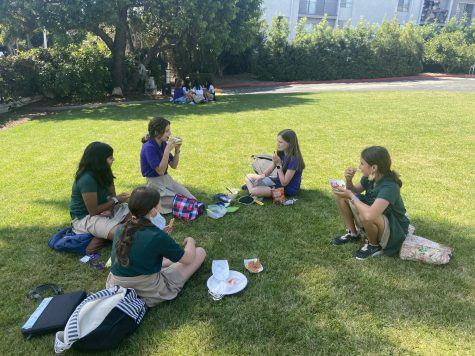 Sixth grade students, Lily Bratman, Kate Rheinheimer, Arissa Lalani, Farah Sandoval and Caroline Muldaur sit outside on the front lawn to enjoy their lunch. Along with a number of specialized protocols for unvaccinated students, eating lunch on the front lawn is a requirement for sixth graders and any unvaccinated seventh graders.